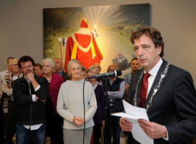 Rene Verhulst, burgemeester van Ede, opent de expositie van De Kijkdoos