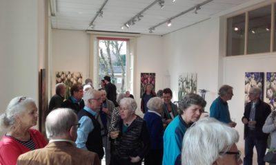 Villa Erica: gasten bij de opening van De Lente, expositie door Juul Kortekaas