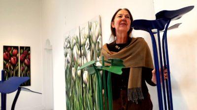 Juul Kortekaas bij de opening van De Lente, expositie van haar werk