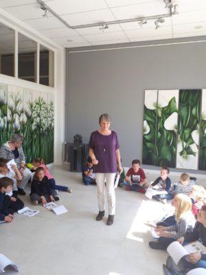 Leerlingen luisteren naar de uitleg over de kunst van De Kijkdoos
